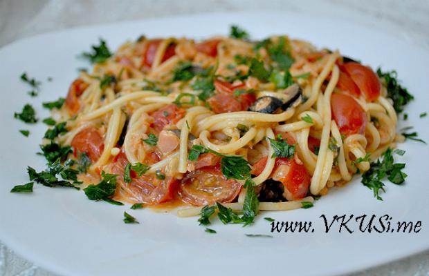 Паста със сос от пушена сьомга, чери домати, маслини, каперси и магданоз