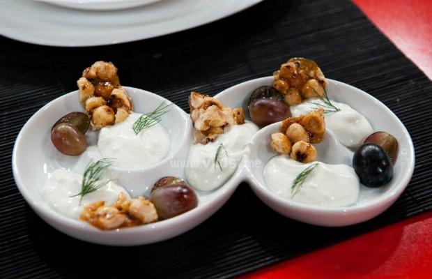 Предястие от грозде с орехи и синьо сирене