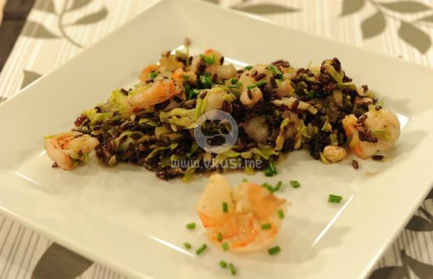 Скариди с черен ориз и тиквички