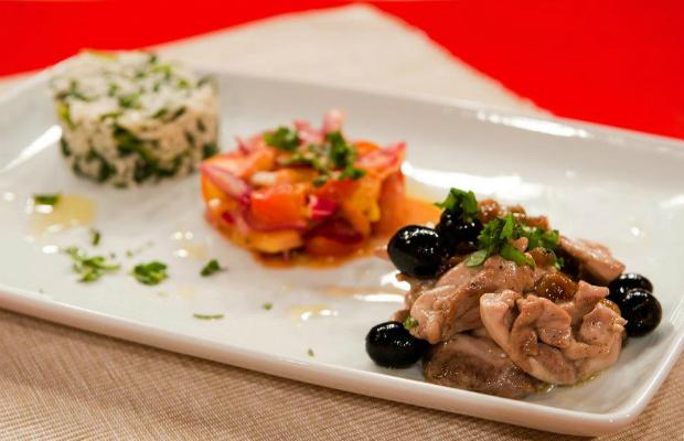 Пиле с маслини, стафиди и спаначен ориз, салса от нектарини