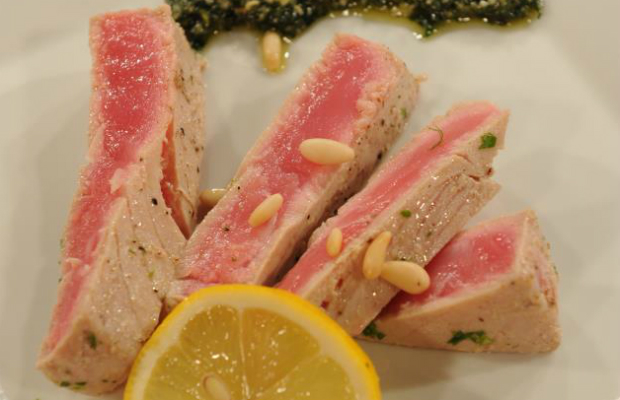 Пържола от риба тон с песто от мента