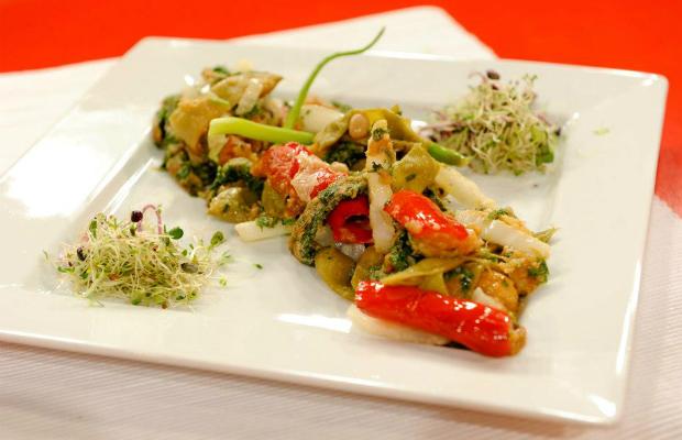 Глазирани зеленчуци с омлет от кориандър
