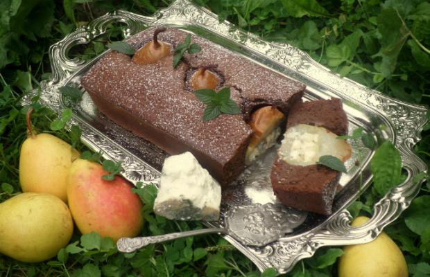 Пълнени круши със зелено сирене в шоколадов кекс