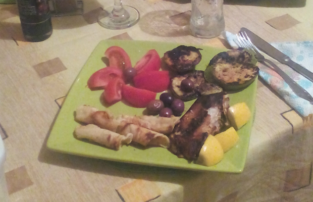 Панирано филе от акула със зеленчуци и печенки с лимоново-чеснов дресинг