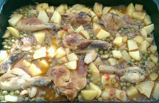 Картофи с грах и пилешки бутчета на фурна
