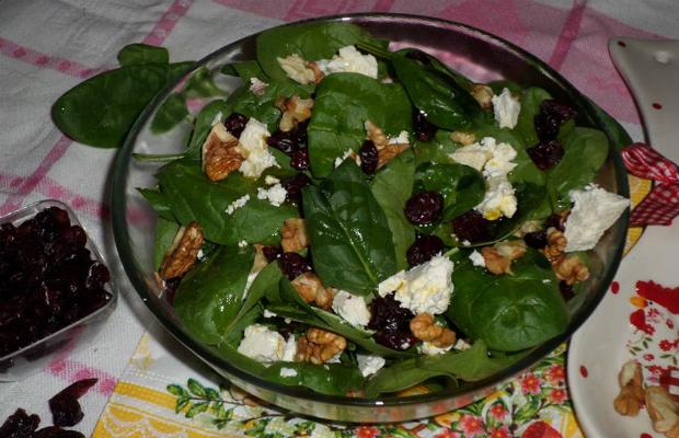 Спаначена салата с червени боровинки и орехи