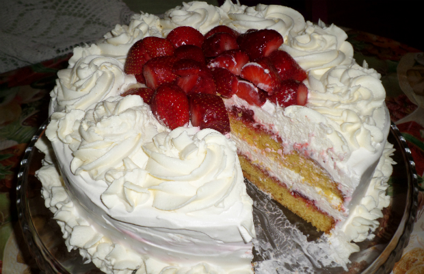 Бадемова торта с ягоди и крем от бял шоколад
