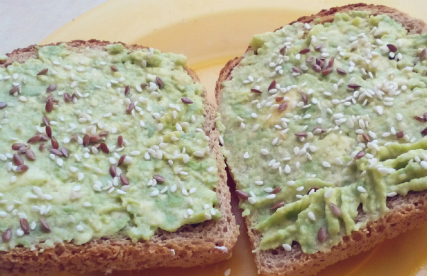 Паста от авокадо върху препечен хляб