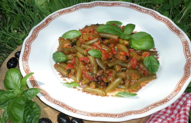 Салата от зелен фасул, домати и босилек