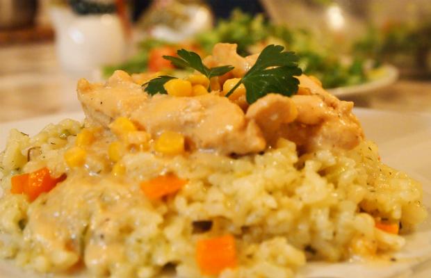 Жълто пиле върху канапе от ориз