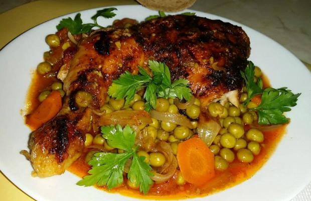 Яхния пиле с грах