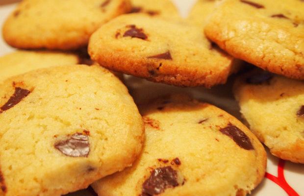 Хрупкави бисквити с парченца шоколад