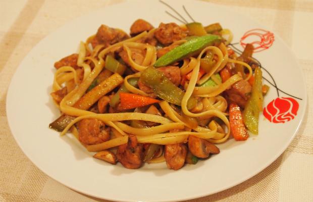 Лингуини със свинско и зеленчуци по китайски