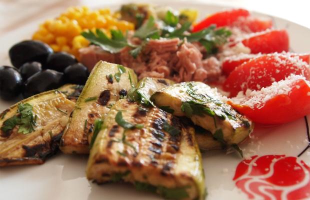 Пъстра салата с риба тон