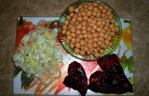 salata-s-nahut-i-susheni-chushki-1