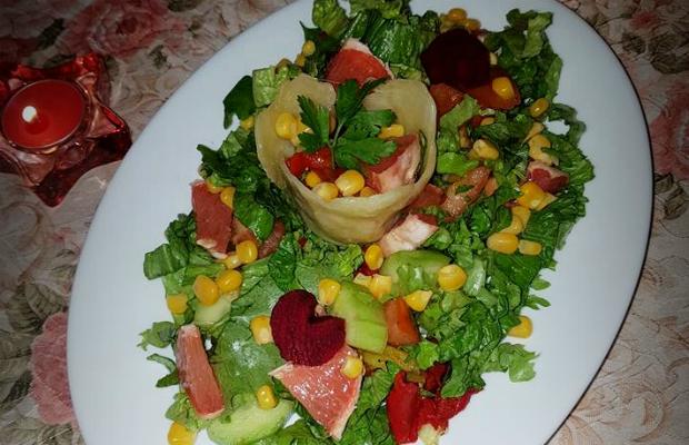 Здравословна пъстра салата с грейпфрут и цвекло