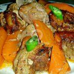 Пикантно свинско с моркови