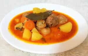 Винена яхния с арпаджик, картофи и кюфтенца