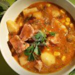 Копривена яхния с картофи, грах и месо