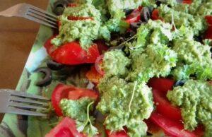 salata-s-domati-i-magdanozeno-pesto-2