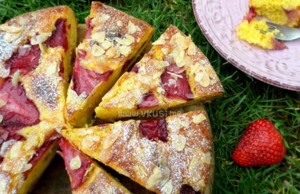 Бадемов сладкиш с ягоди и чийз пълнеж