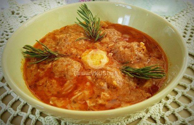 Доматена яхния с кюфтенца и яйца