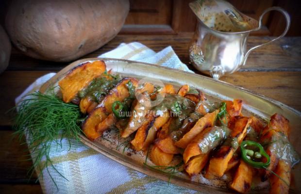 Печени сладки картофи с лют фъстъчен сос