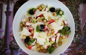 salata-s-krutoni-rultsa-ot-ratsi-i-sirene-kefalotiri-1