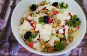 salata-s-krutoni-rultsa-ot-ratsi-i-sirene-kefalotiri-2