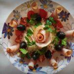 Салата от домати със сирене, пуешка шунка и маслини