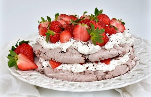 Шоколадова торта Павлова с ягоди