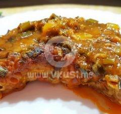 Паниран котлет на фурна в сос от домати, зелен лук и чесън