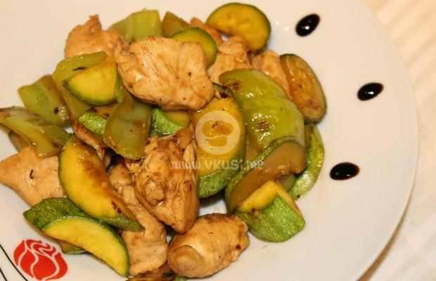 Бързо пиле по китайски със зелени чушки и тиквички