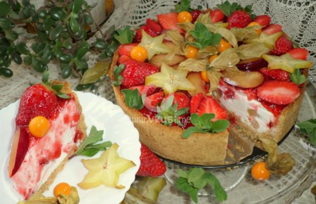Чийзкейк с ягоди и екзотични плодове