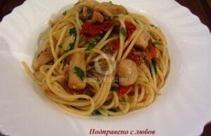 Чеснови спагети с гъби, сушени домати и каперси