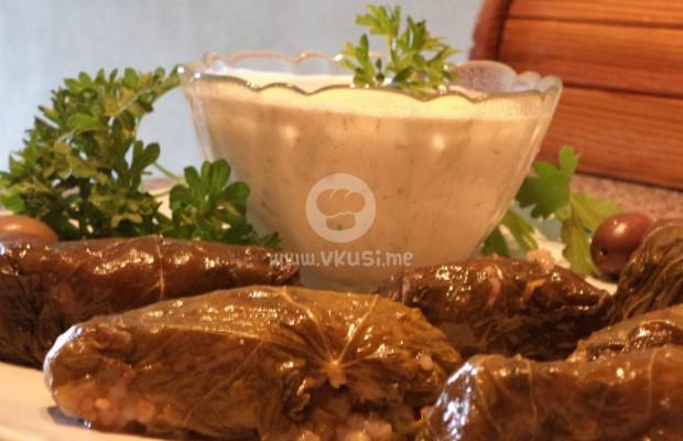 Сармичките на баба с млечно-чеснов сос