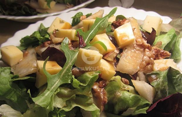 Свежа салата с круши и орехи