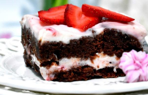 Шоколадова торта с майонеза и ягодов чийзкрем