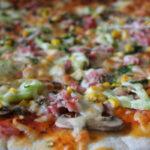 Пица с хамон и зеленчуци