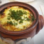 Гювечета с картофи, гъби, шунка и топено сирене