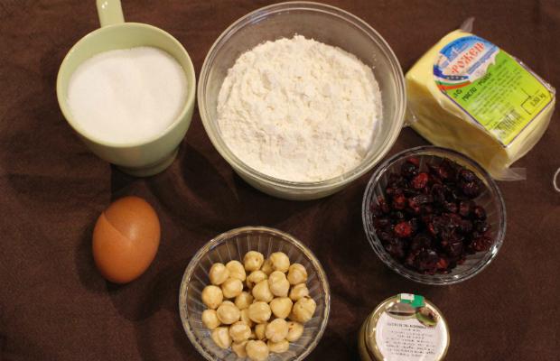 Маслени бисквити с червени боровинки и лешници