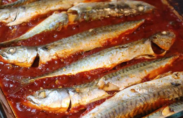 Дребна скумрия на фурна с доматен сос