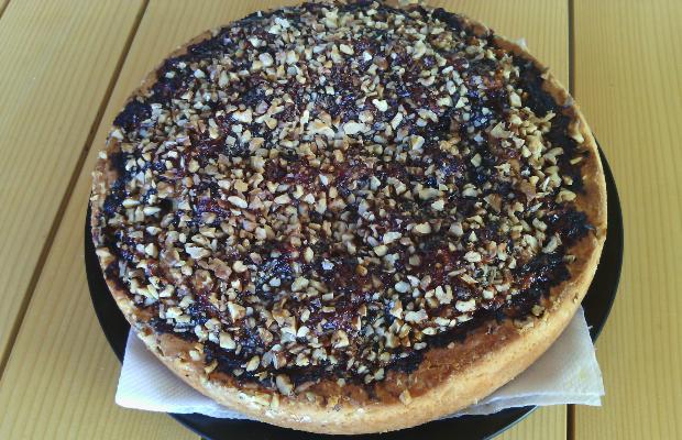 Пирог с орехи и сладко от сливи