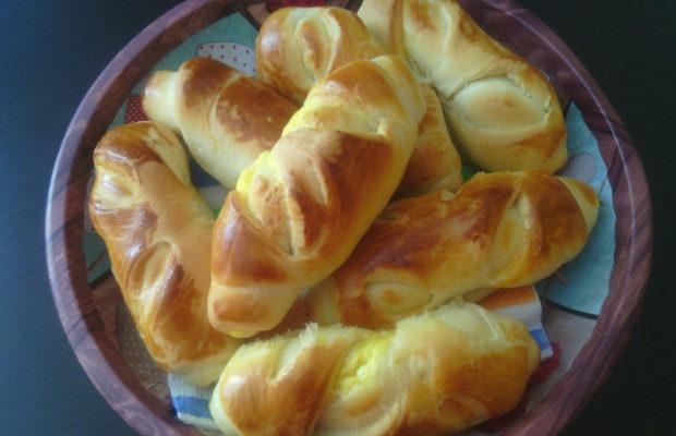 Кифлички с яйца и сирене