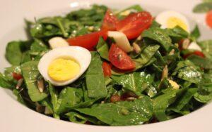 Пролетна салата със спанак и пъдпъдъчи яйца