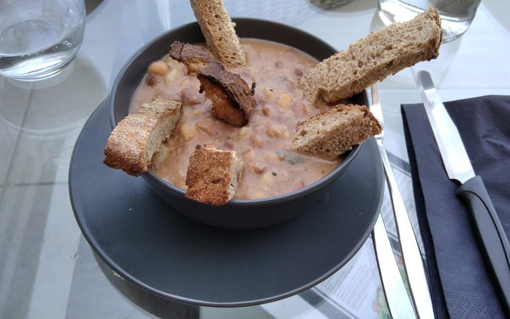Пикантна бобена супа с резенчета домашен хляб