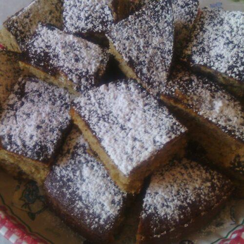 Сладкиш със сладко от цели череши и пудра захар