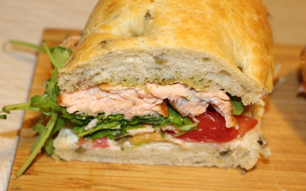 Пъстър сандвич със сьомга