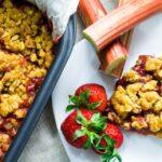 Крамбъл с ревен и ягоди