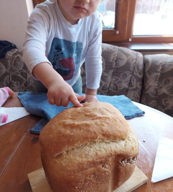 Пухкав бял хляб в хлебопекарна